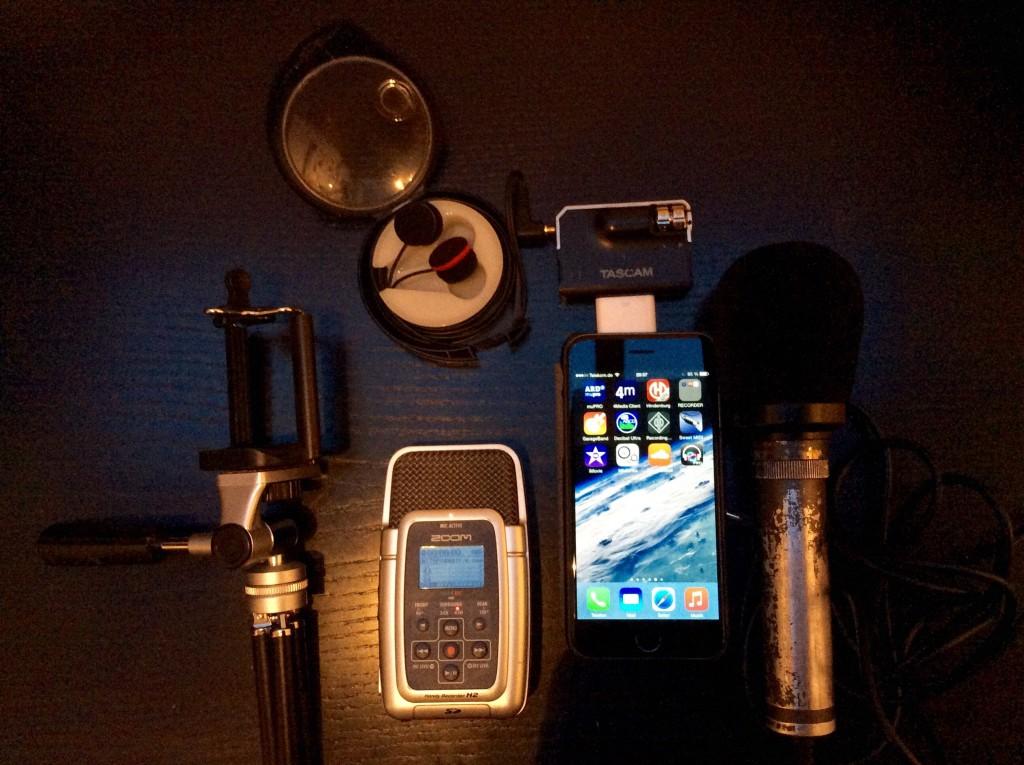 v.l.n.r: Tischstativ – das Mindeste, was man haben sollte, Originalkopfmikros, Zoom H2, Tascam iXJ2 und Lightning Adapter, iPhone 6, Sony ECM-959 (sichtbar betagt)